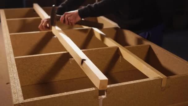 Muž montuje nábytek samostatné vnitřní