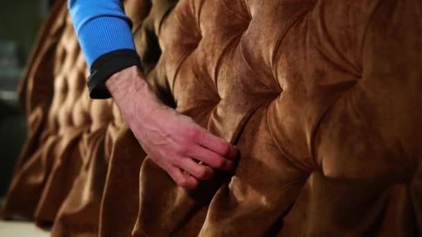 Mann polstert Sofa in seiner Werkstatt