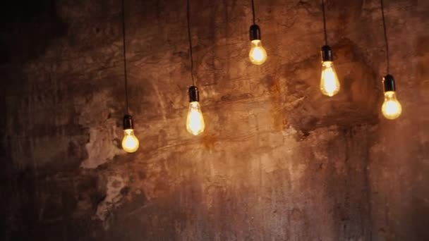 Žárovka na staré betonové zdi