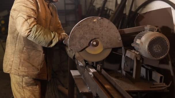 Detailní záběr záběr Pánská rukou, který zostřuje kovovou tyč, jiskry létají do strany