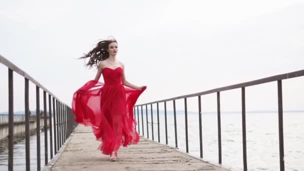 Hosszú ruha divat fiatal nő a szökését át régi komphajó, elölnézet