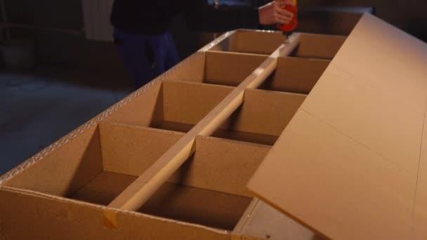 Master je nanesení lepidla nábytku na dřevěný hranol obrobku v dílně
