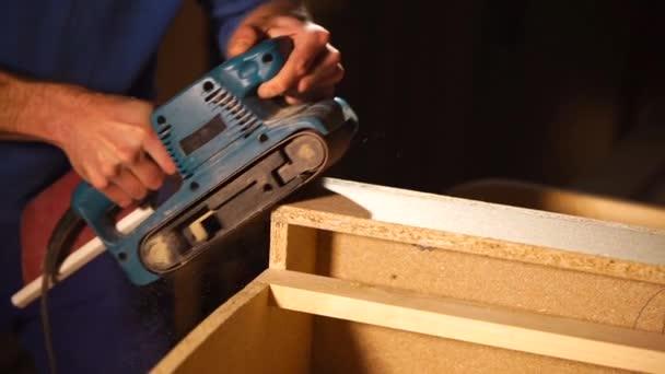Architekt je broušení rohů kostry nábytku ve výrobní hale