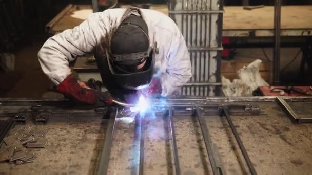 Svářečka je montáž kovové detaily v ocelových konstrukcí svařováním