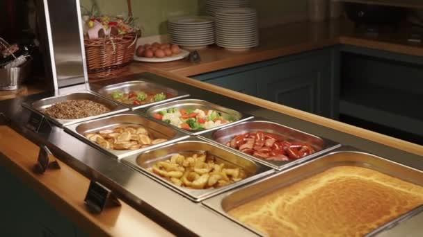 Detailní záběr záběr bufet s řadou jídel v kontejnerech, výživné potraviny