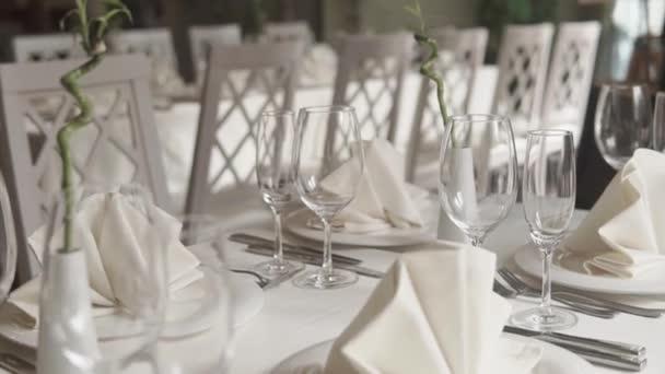 Nahaufnahme eines schneeweißen Tisches, der elegant serviert wird