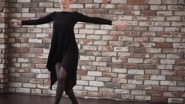 Krásné tanečnice během cvičení