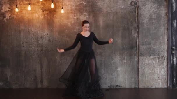 Vášnivá žena tanečnice ve studiu