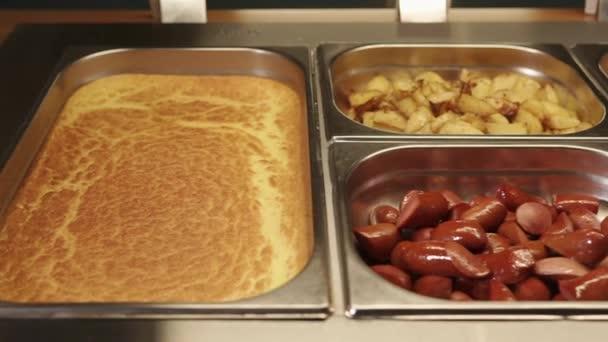 Teplá jídla leží v potravinářské vaničky.