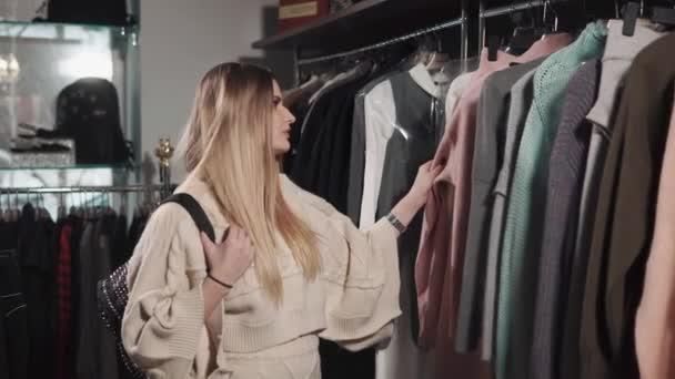 Pozitivní žena výběr oblečení
