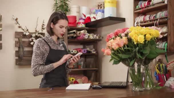 schönes Mädchen arbeitet in einem Blumenladen
