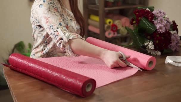 Donna che prepara nuovo materiale per la decorazione
