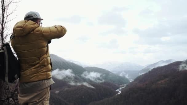 Fotograf ist der dramatische Flusstal fotografieren, auf einem Hügel stehen