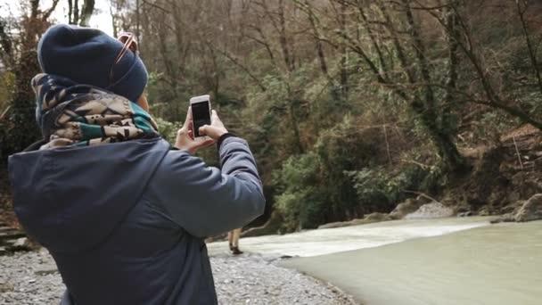 Reisende filmt dramatisches Naturpanorama im Herbstwald bei Tag