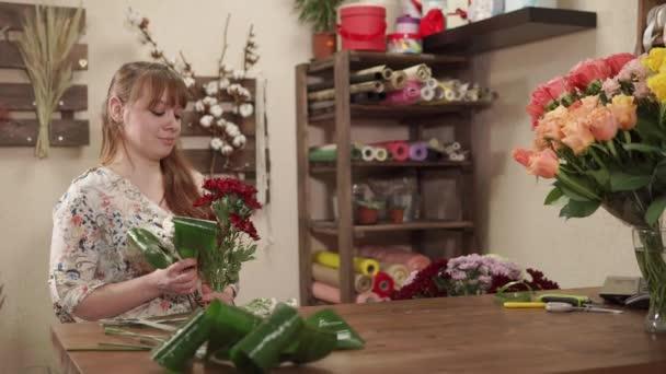 Květinářství žena dělá výzdoba od vícebarevné zahradní květiny v obchodě