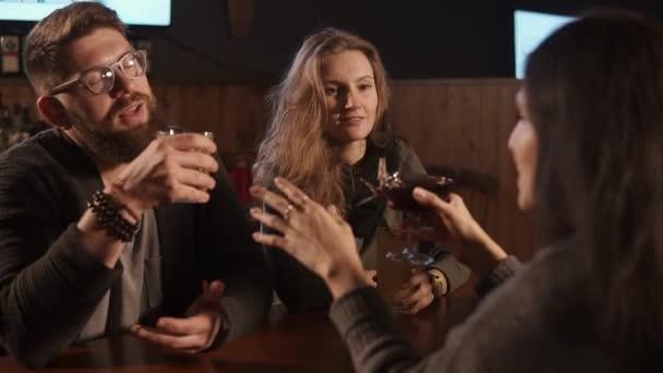 Jsou přátelé mluví v baru a pití míchaných nápojů v noci