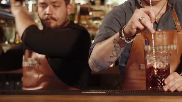 Barmer machen Cocktails in einem café