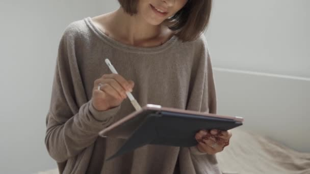 Chiuda sul colpo del corpo di una signora che sta facendo affari su una tavoletta portatile