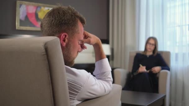 muž je v psychickém transu na návštěvě psychoterapeuta