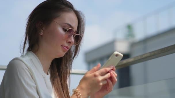 Sucht nach Mobiltelefonen, sozialen Medien und Internet