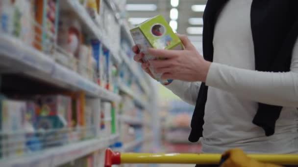 Muž kupující hračku v hypermarketu