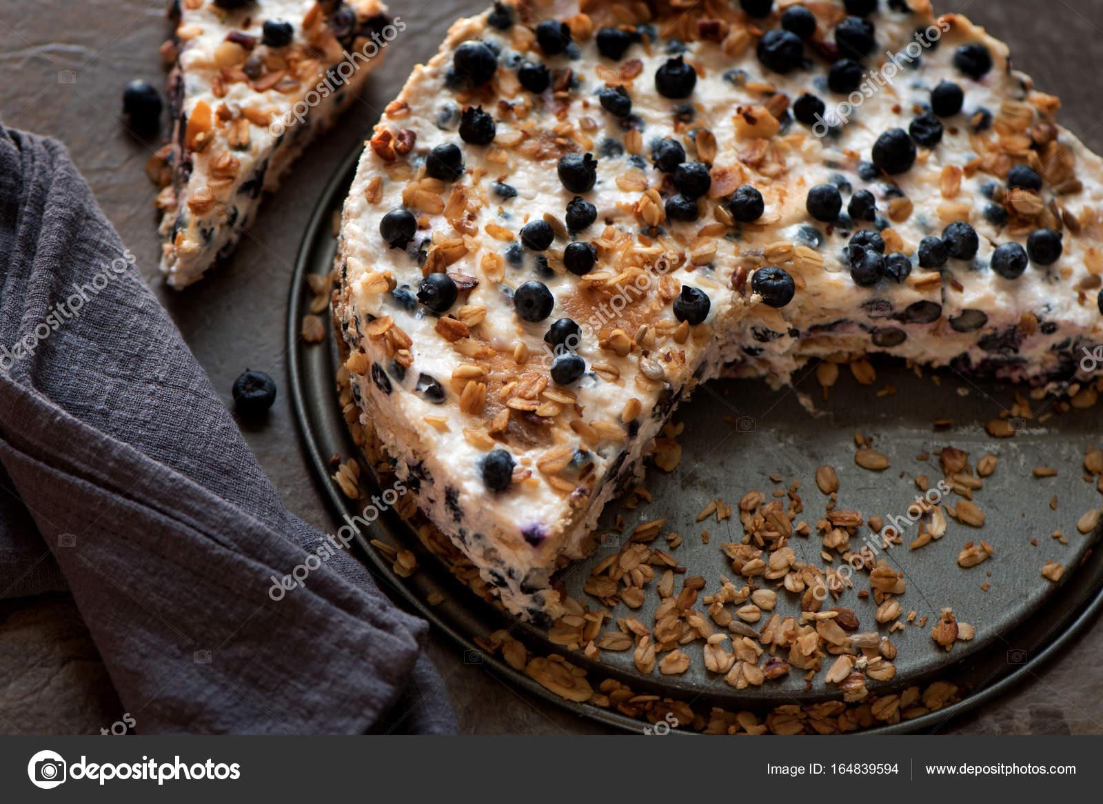 Saure Sahne Kuchen Mit Musli Kekse Und Heidelbeeren Stockfoto