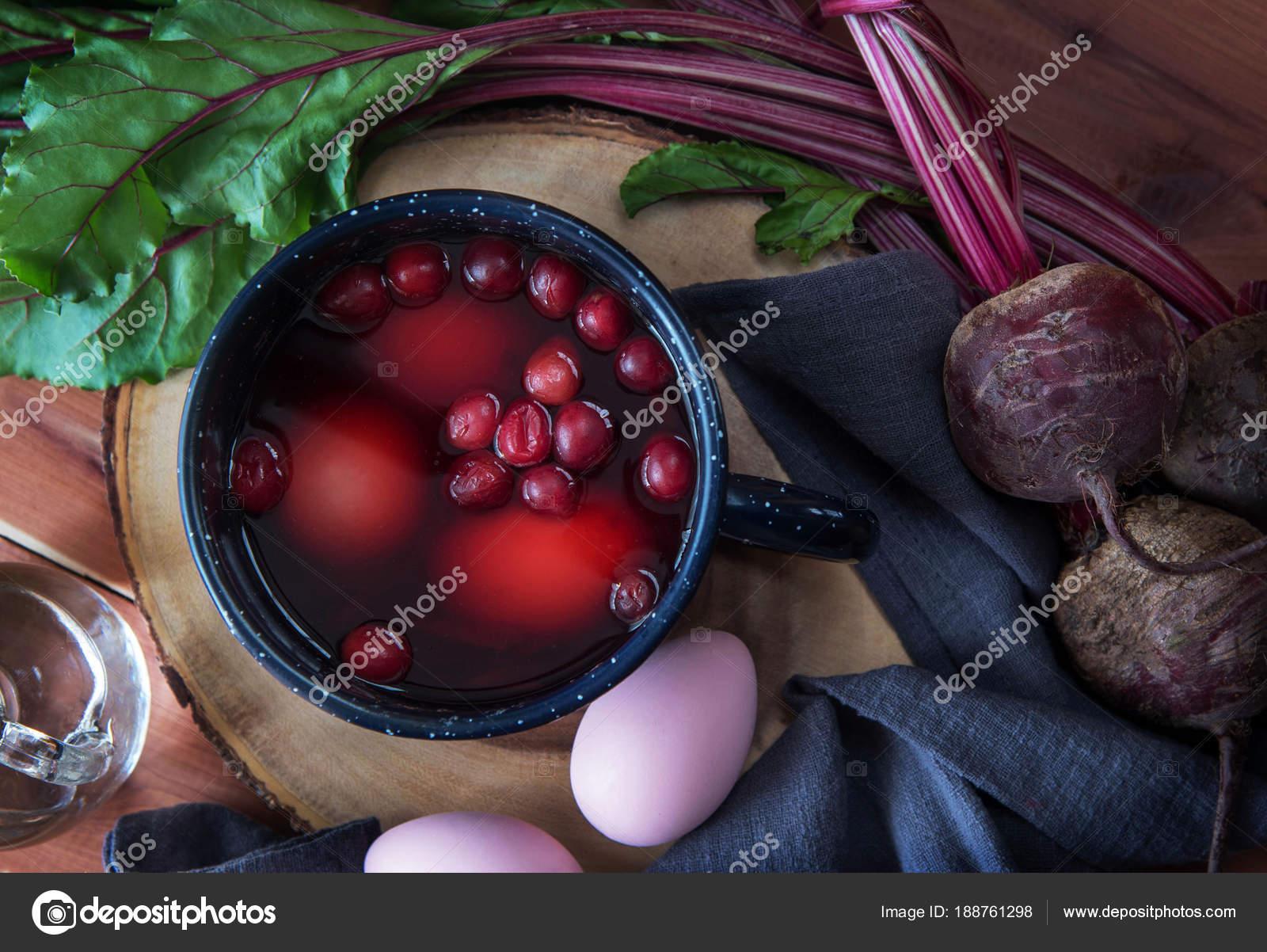Färben von Ostereiern mit natürlicher Farbstoff Farben — Stockfoto ...