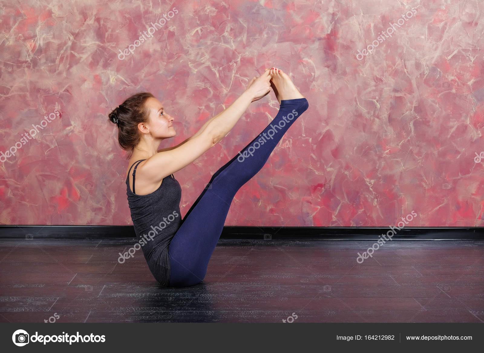 La chica está practicando meditación en clase de yoga. Relajación y  estiramiento. Joven delgado en el interior yoga de la mujer deportiva —  Foto de ... 3e85393e3366