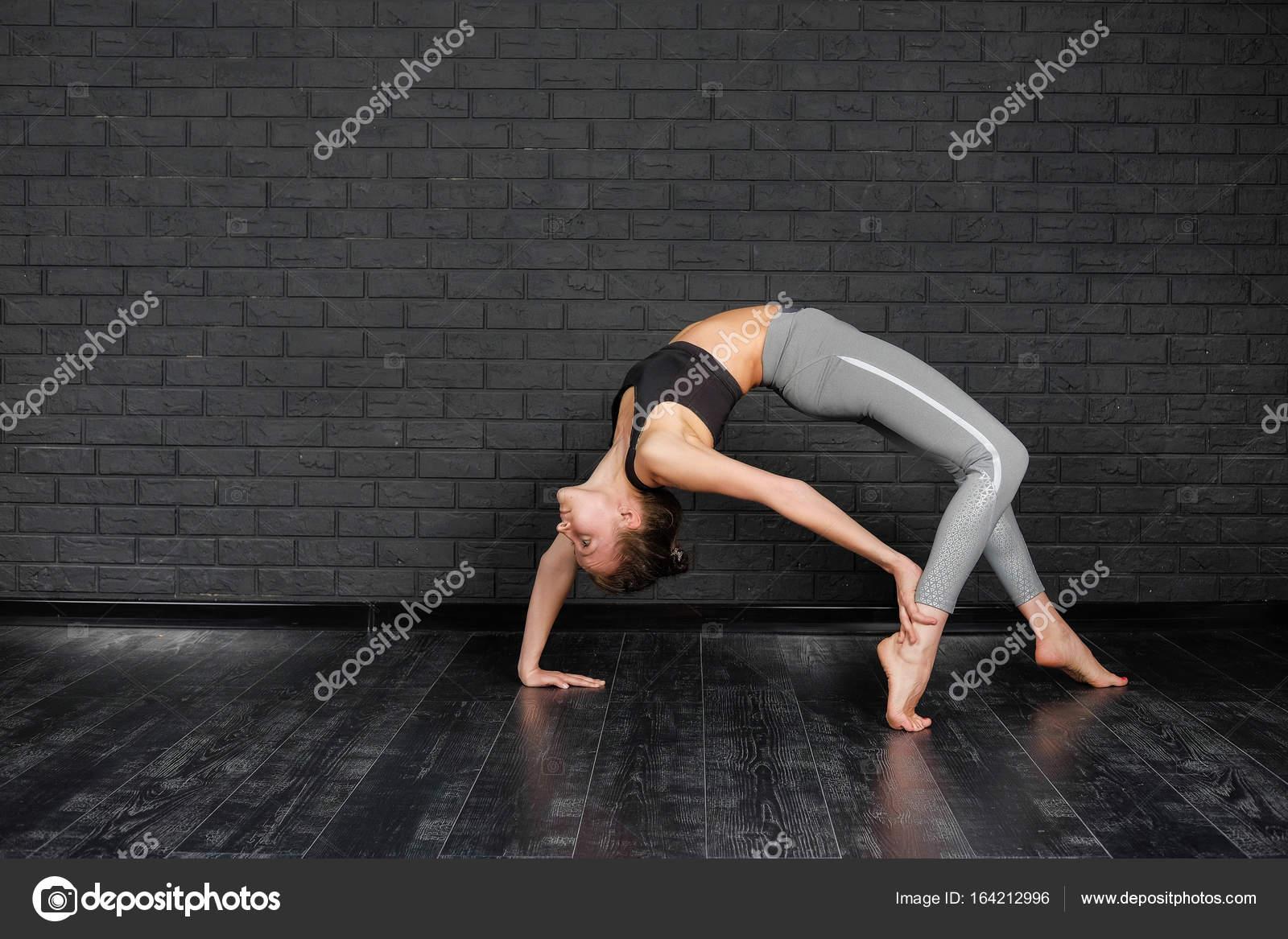 Mujer joven en yoga asana - postura de puente. Mujer con cabello largo y  delgado 073d08e3b5af