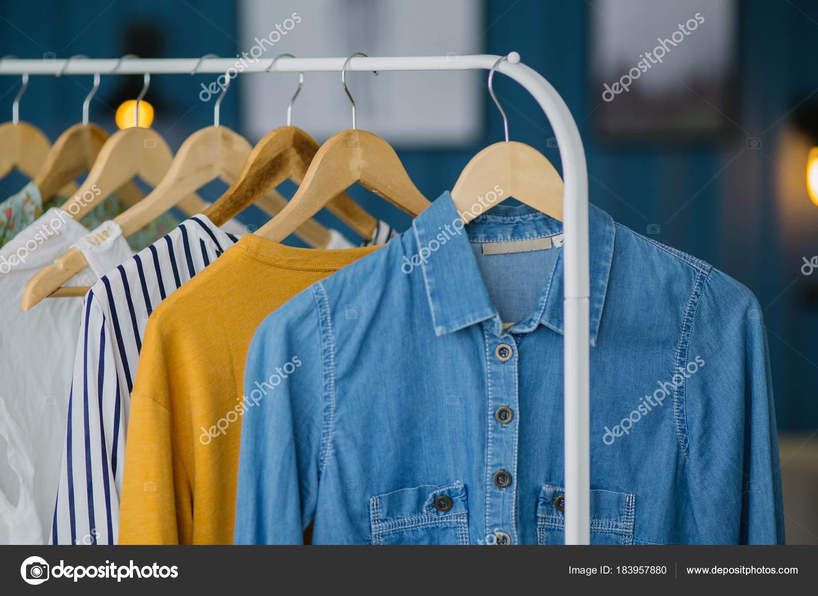 ac49ec219af8 Ρούχα Κρέμονται Στις Ξύλινες Κρεμάστρες Κατάστημα Ενδυμάτων Αρχική Τόνο  Αγορές — Φωτογραφία Αρχείου