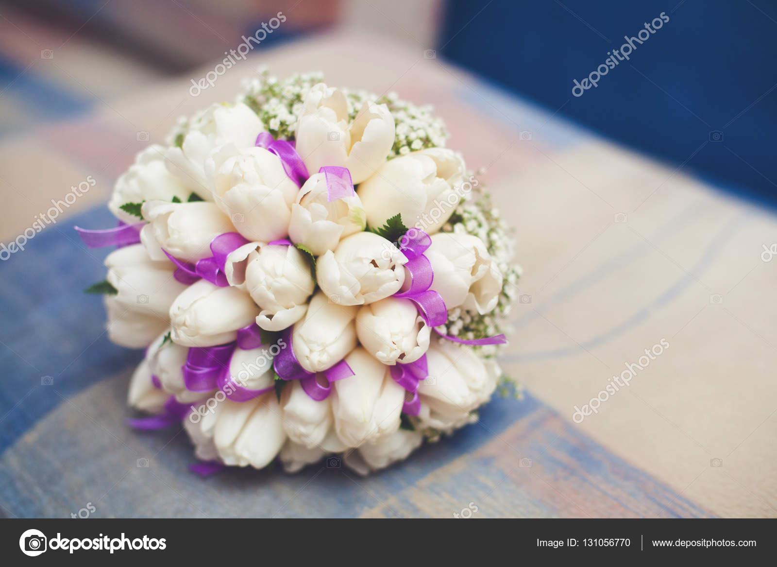 Weisse Hochzeitsstrauss Tulpen Mit Lila Schleife Auf Sofa Stockfoto