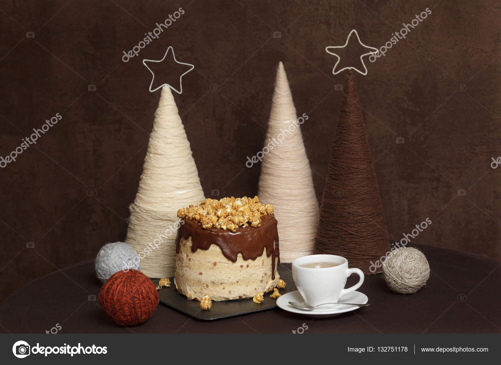 Kuchen Mit Schokolade Karamell Und Popcorn Tasse Tee Dekorierten
