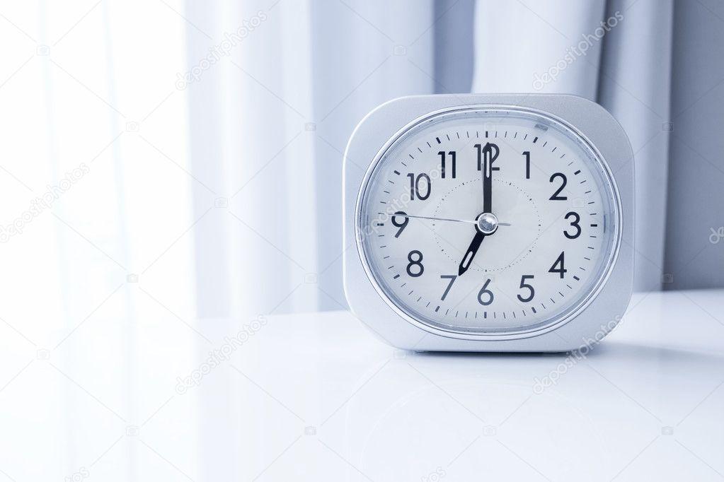 Bed Gordijn 9 : Witte vierkante klok op witte bed stand met witte gordijn