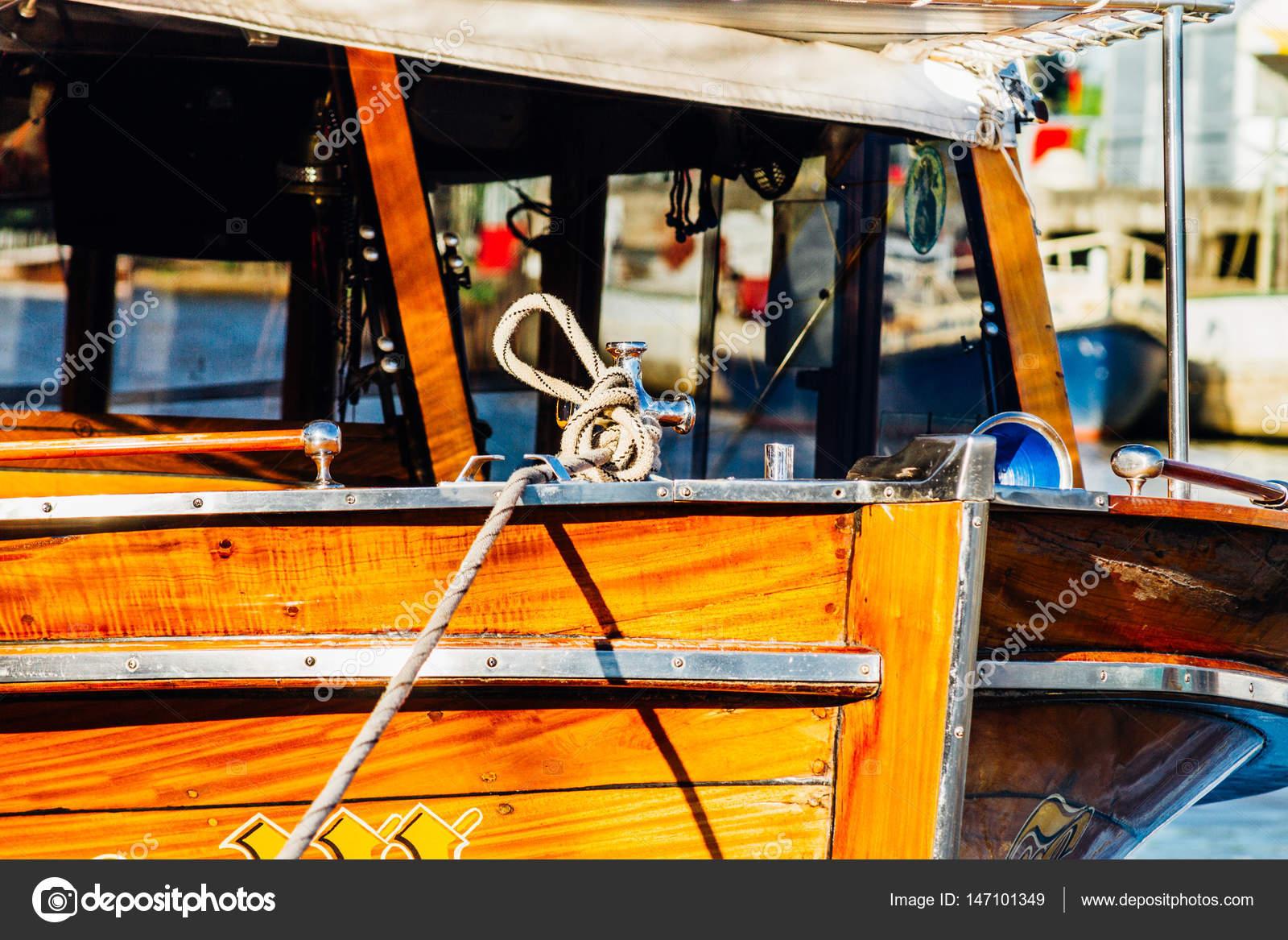 Grote Houten Boot.Grote Houten Boot Afgemeerd Met Touwen Aan Een Pier Stockfoto