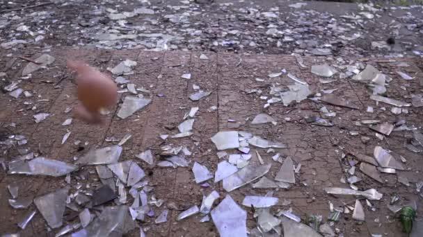 panenka padá na podlahu
