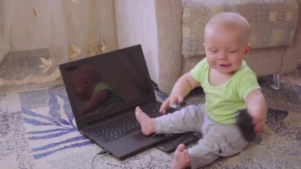 ein Neugeborenes mit einem Computer