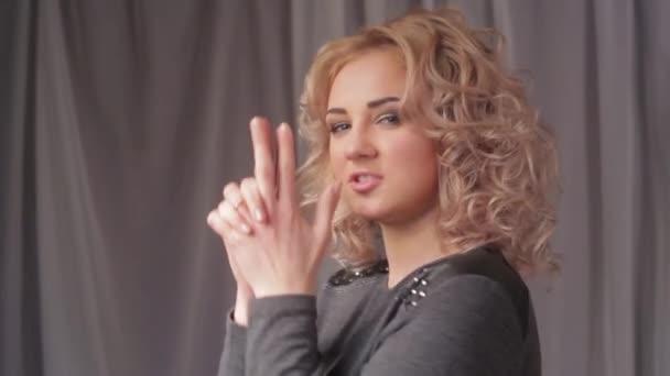 Portrét mladé krásné blond ženy otočil hlavu a usmála se na kameru