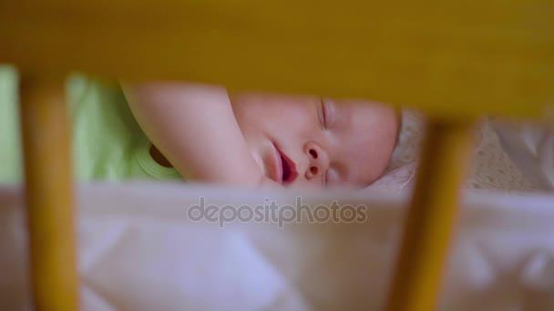 miminko spí v postýlek: roztomilý novorozenec spí tiše