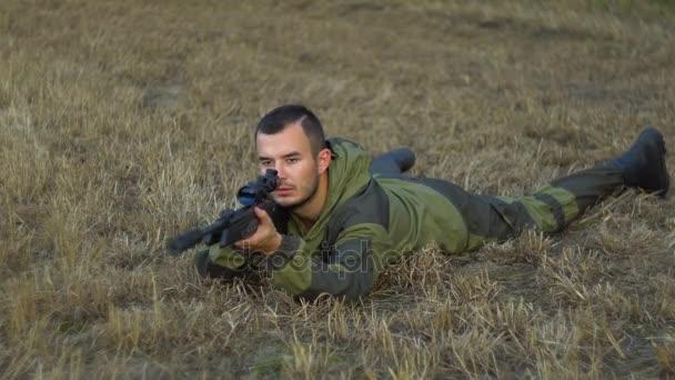muž v maskování s pistolí leží na zemi 4k