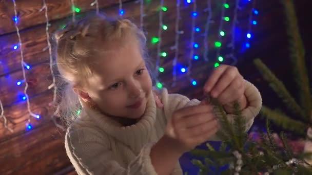 Mädchen verkleidet sich als Weihnachtsbaum