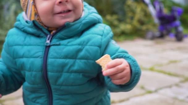 un anno di età che gioca allaperto al giorno di autunno.