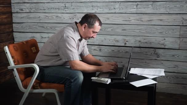fünfzig Jahr alter verrückter Mann prüft Online-Konto und feiert Sieg auf seinem Laptopcomputer