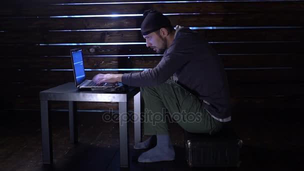 Zatkli Internetoví podvodníci. obvinění z počítačové kriminality