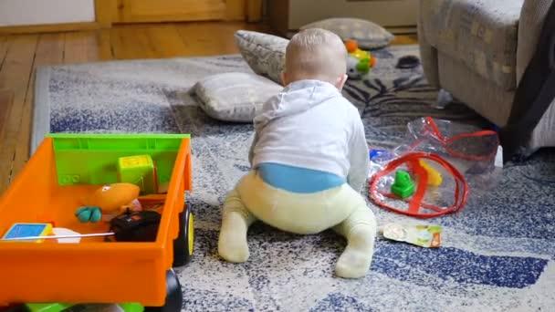 chlapeček hraje v místnosti