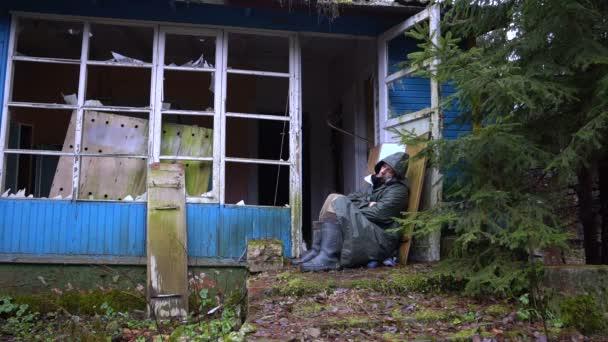 Le Porche D Une Maison homme sans-abri dormant en plein air sur le porche d'une maison en