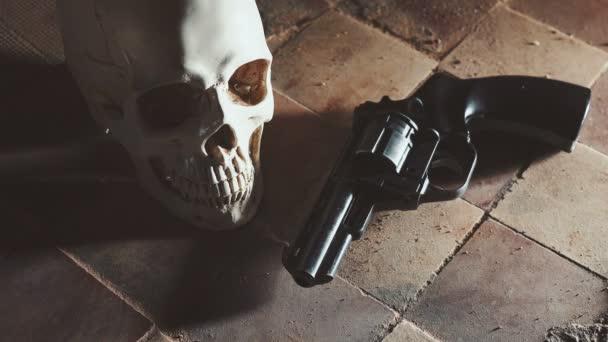 Geld und einen Revolver in der Nähe des Schädels. Kriminelle Konzept