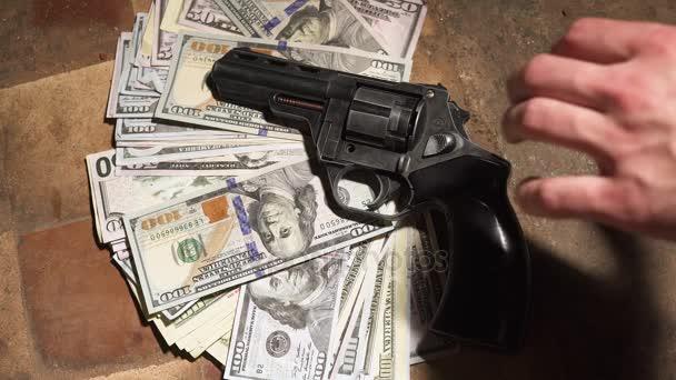 Geld und einen Revolver. Kriminelle Konzept
