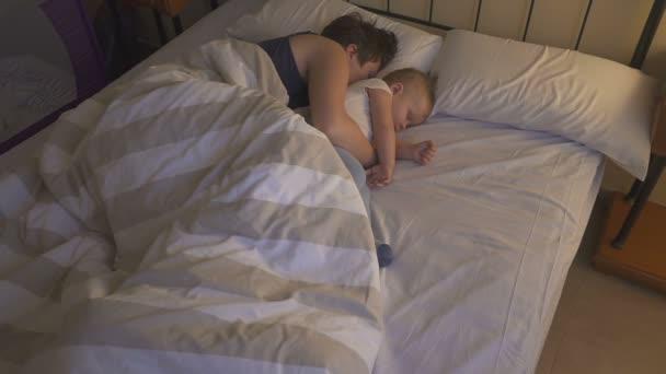 Видео спящую маму мой