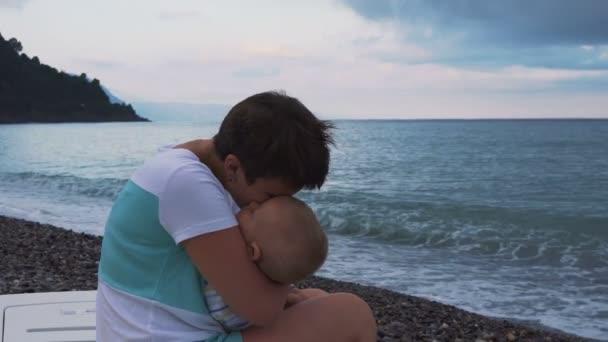spící dítě maminky ruce na pláži