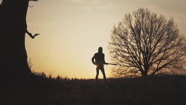 Sziluettjét naplemente lassított gitárosa